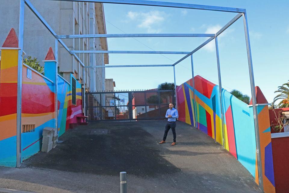 El Ayuntamiento techa la zona de entrada y espera del alumnado de Primaria del CEO La Pared de Icod el Alto