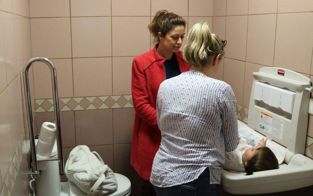 Los Realejos instala cambiadores para bebés en aseos mixtos de instalaciones públicas