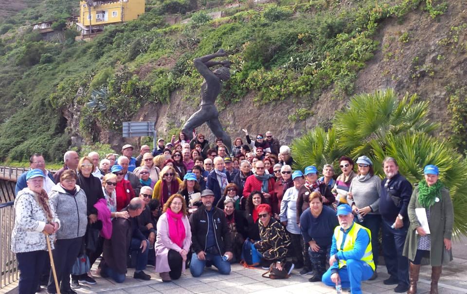 Vecinos de Santa Cruz y La Laguna visitan Icod el Alto con mayores de este núcleo como guías