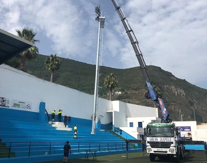 El proyecto de eficiencia energética de Los Realejos instala las nuevas torretas de alumbrado en el Estadio Los Príncipes
