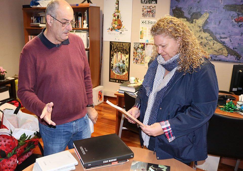 Nilo Palenzuela dona libros y catálogos de arte a su municipio natal de Los Realejos
