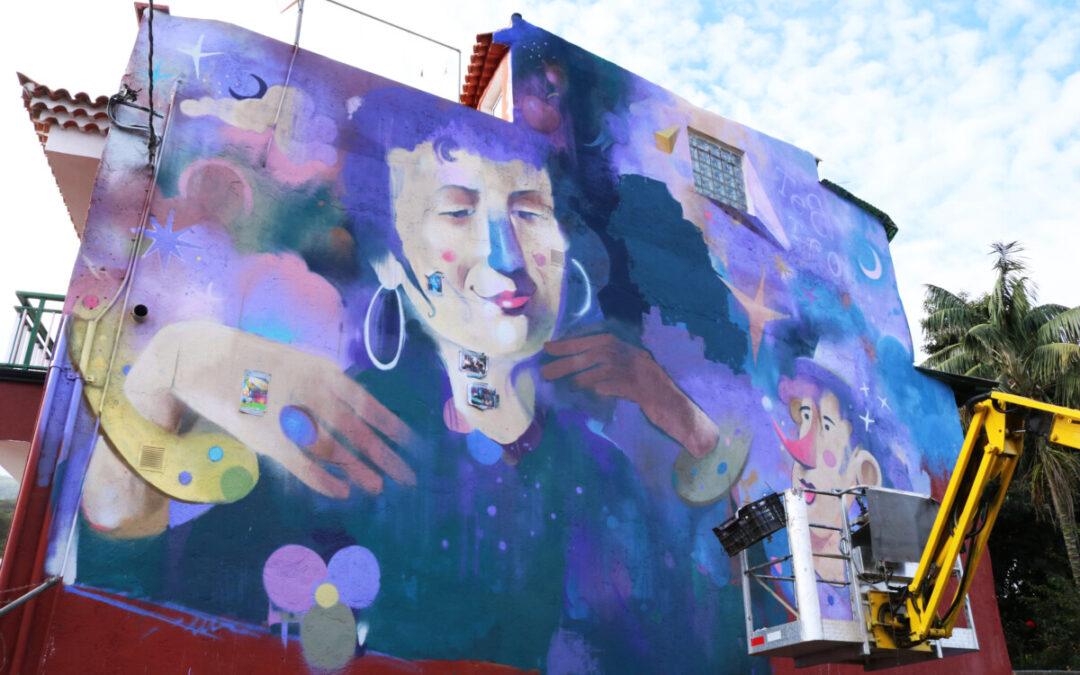 El artista tinerfeño Ione Domínguez diseña y colorea una nueva obra mural en Palo Blanco