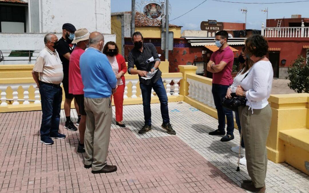 Ayuntamiento y mesa comunitaria de La Cruz Santa acuerdan el diseño de la reforma de su plaza