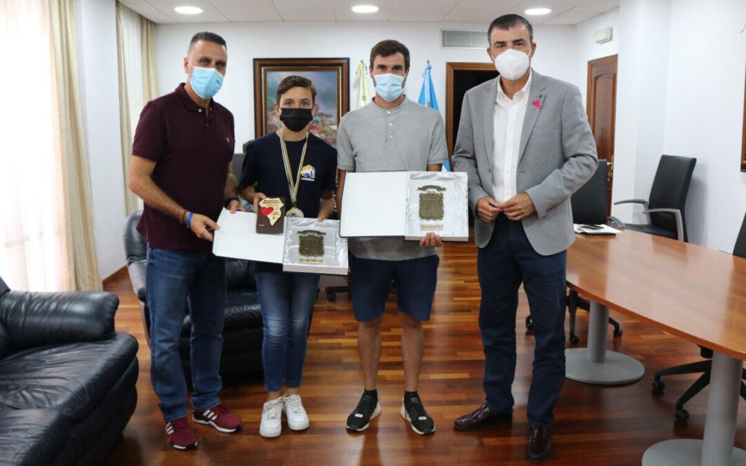 Los Realejos reconoce a dos deportistas locales tras sus éxitos en el campeonato de Canarias de raid hípico